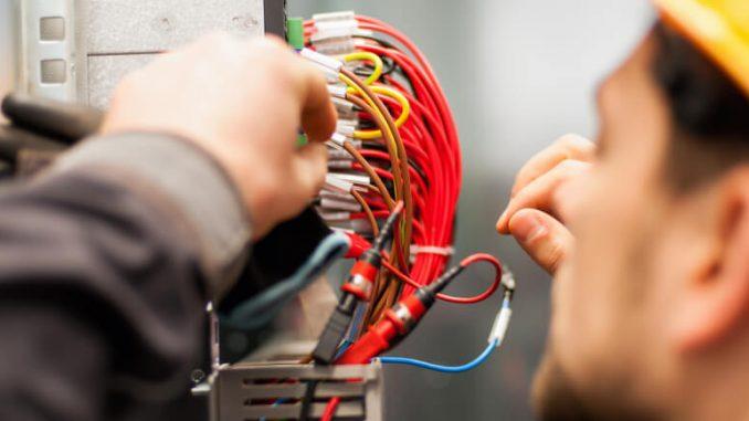elektriker arbetar med kablar